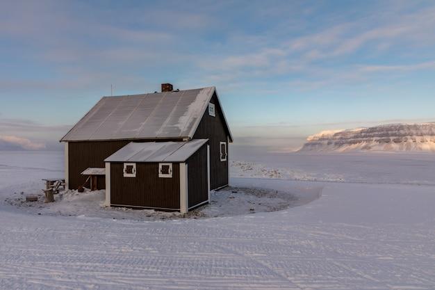 Villa fredheim, a famosa cabine em tempelfjorden, svalbard. Foto Premium