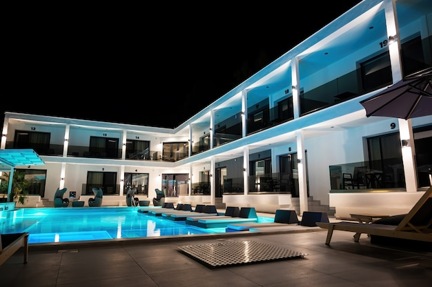 Villa moderna com várias luzes e espreguiçadeiras em asprovalta, grécia Foto gratuita