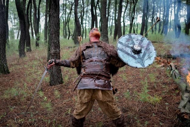 Vingança real sangrenta com seu treinamento da espada para o combate Foto Premium