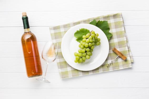 Vinho branco de vista superior na mesa de madeira Foto gratuita