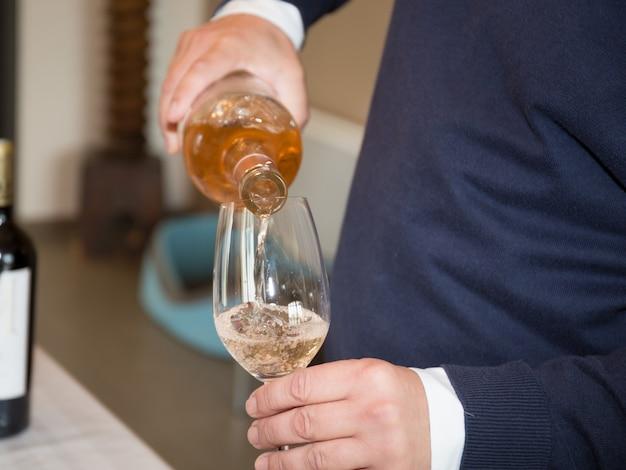Vinho derramando em copo de vinho, close-up Foto Premium