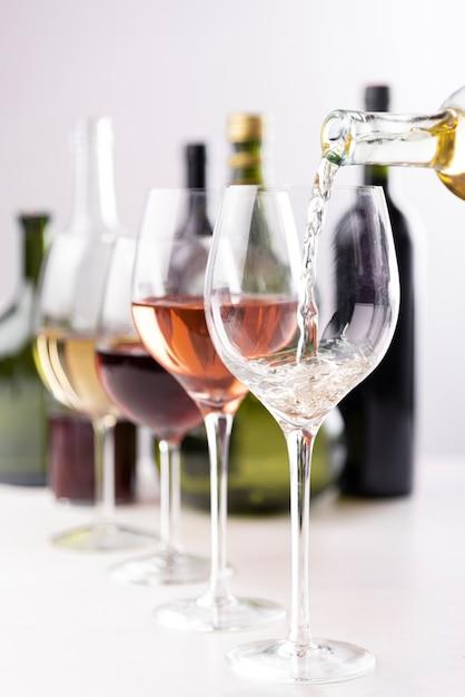 Vinho, despejar, em, óculos, close-up Foto Premium