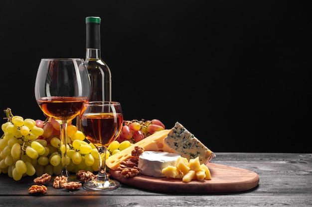 Vinho e queijo na mesa Foto Premium