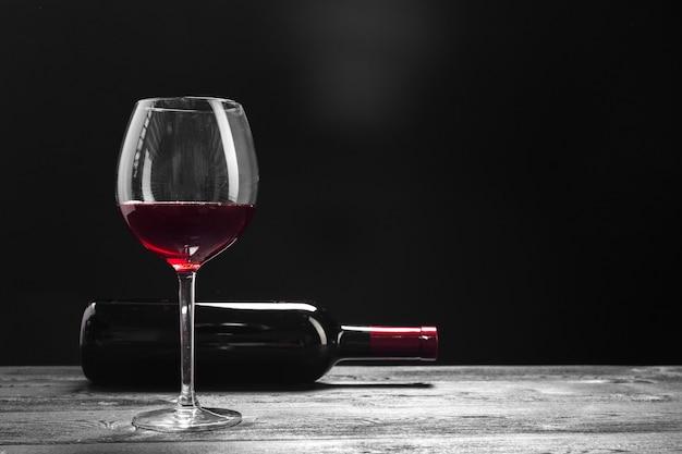 Vinho e uvas na mesa Foto Premium