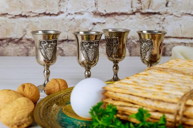 Vinho kosher vermelho quatro de matzah ou matza páscoa hagadá Foto Premium