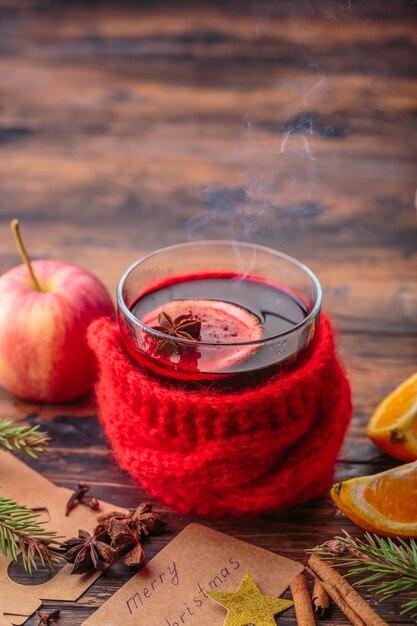 Vinho quente decoração de natal ingredientes maçã laranja inverno bebida tradicional Foto Premium