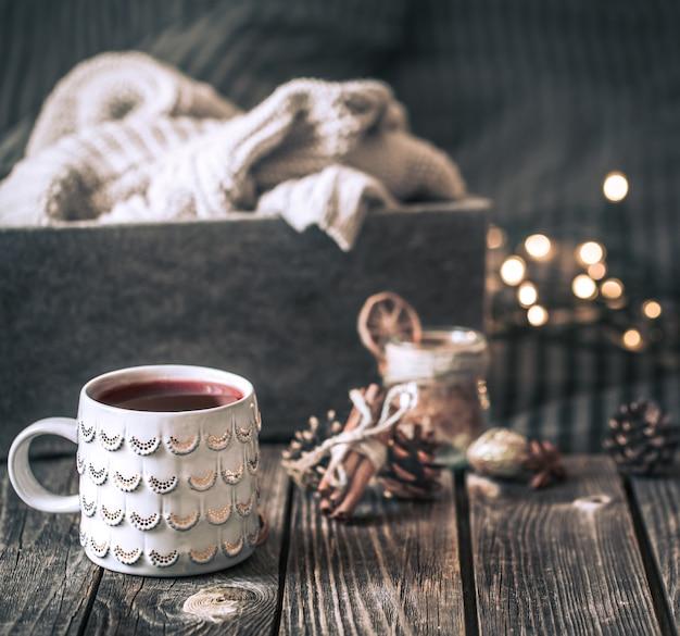 Vinho quente em um copo em uma mesa de madeira Foto gratuita