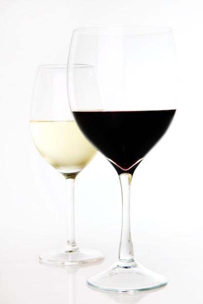 Vinho tinto e branco em copos Foto gratuita