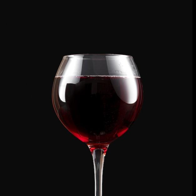 Vinho tinto escuro elegante em taça Foto gratuita