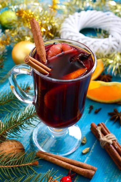 Vinho tinto quente de natal com especiarias Foto Premium