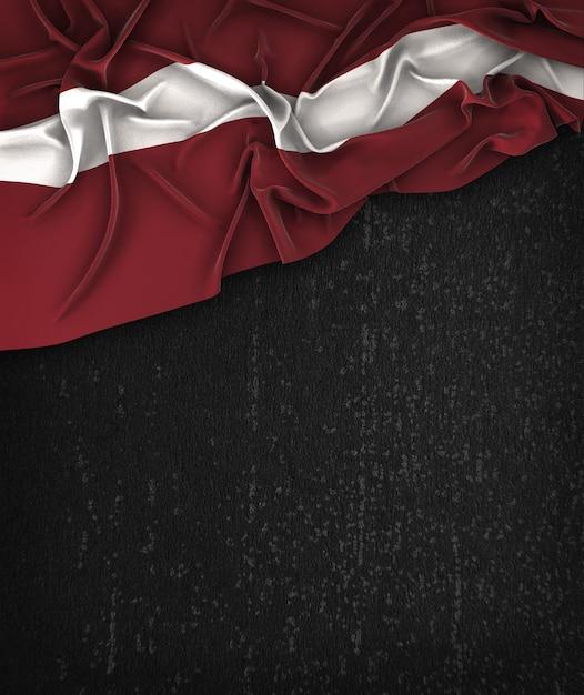 vintage da bandeira de letónia em um quadro preto do grunge com