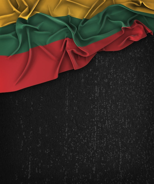 Vintage da bandeira de lithuania em um quadro preto do grunge com espaço para o texto Foto Premium