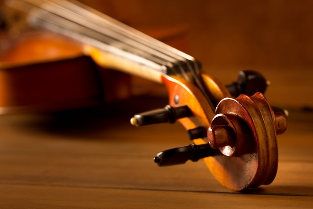 Vintage de violino de música clássica em fundo de madeira Foto Premium