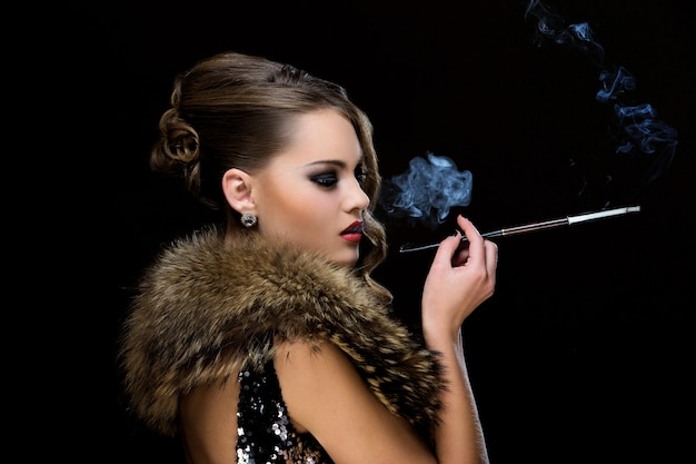 Vintage. menina bonita com cigarro Foto gratuita