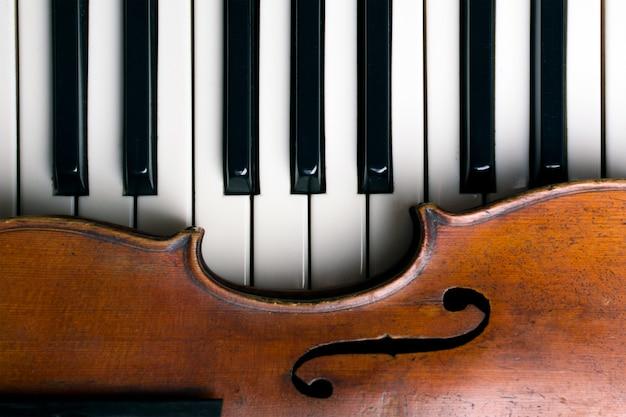 Violino antigo em teclas de piano Foto Premium