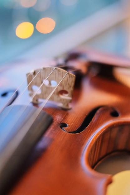 Violino com perspectiva turva luz azul bokeh de fundo Foto Premium