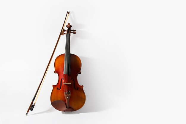 Violino e arco em fundo branco Foto gratuita