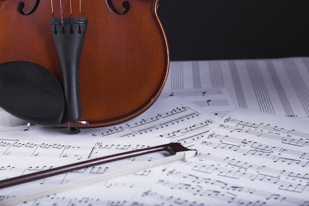 Violino em pé na partitura Foto gratuita