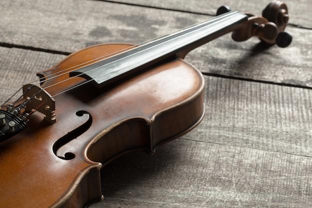 Violino em uma mesa de madeira texturizada Foto Premium