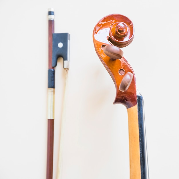 Violino musical clássico e arco contra fundo branco Foto gratuita