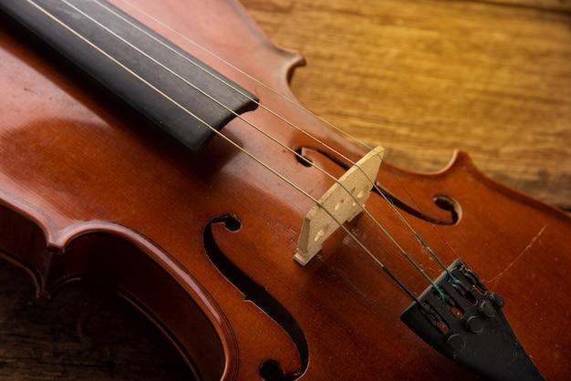 Violino no estilo vintage em fundo de madeira Foto Premium