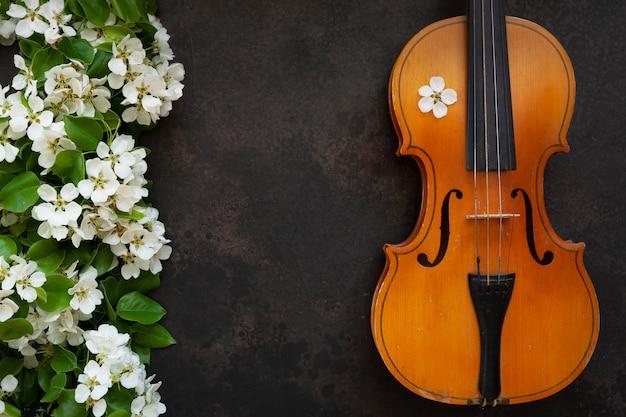 Violino velho e ramos de árvore de florescência da maçã. Foto Premium