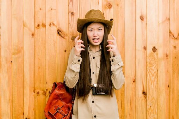 Virada chinesa nova da mulher do viajante que grita com mãos tensas. Foto Premium