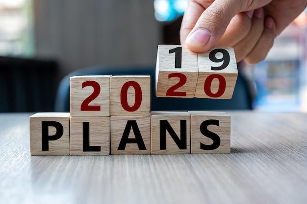 Virar bloco 2019 a 2020 planos palavra no fundo da tabela. Foto Premium