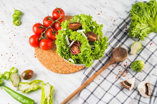 Visão aérea da salada verde fresca com tomate e cogumelo Foto gratuita