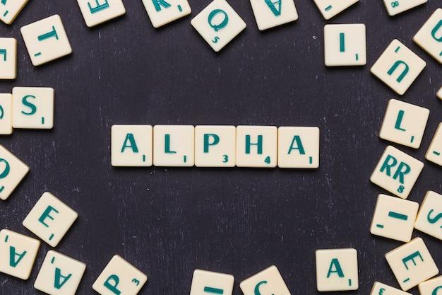 Visão aérea, de, alfa, texto, ligado, scrabble, letras, sobre, pretas, fundo Foto gratuita