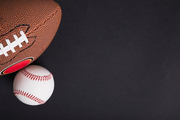Visão aérea, de, bola rugby, e, basebol, ligado, experiência preta Foto gratuita