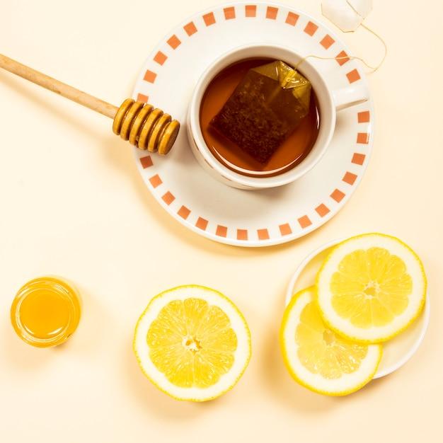 Visão aérea de chá orgânico com fatia de limão e mel Foto gratuita