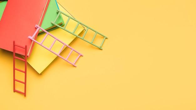 Visão aérea de livros e escadas Foto gratuita