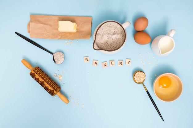 Visão aérea, de, padaria, blocos, com, pão, ingredientes, ligado, experiência azul Foto gratuita