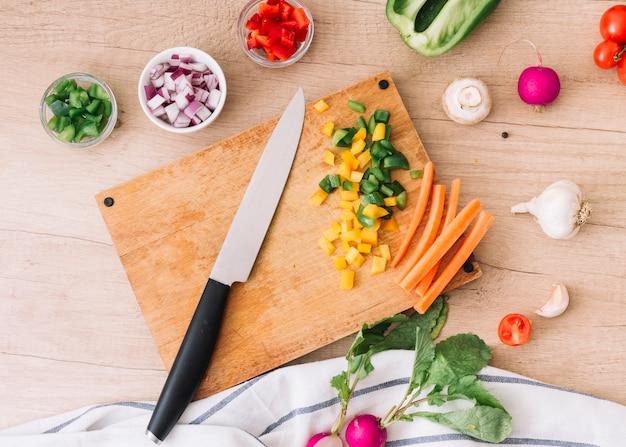 Visão aérea, de, tábua cortante, com, faca, e, legumes, ligado, escrivaninha madeira Foto gratuita