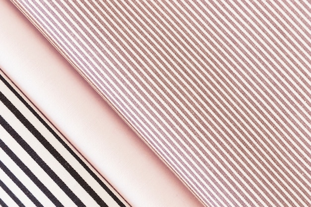 Visão aérea de tecido de listras pretas e rosa dobradas Foto gratuita