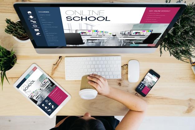Visão aérea de uma mulher tomando café e dispositivos exibindo um projeto escolar on-line responsivo Foto Premium