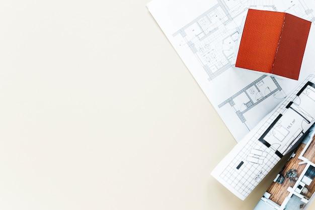 Visão aérea do modelo de casa pequena e blueprint Foto gratuita