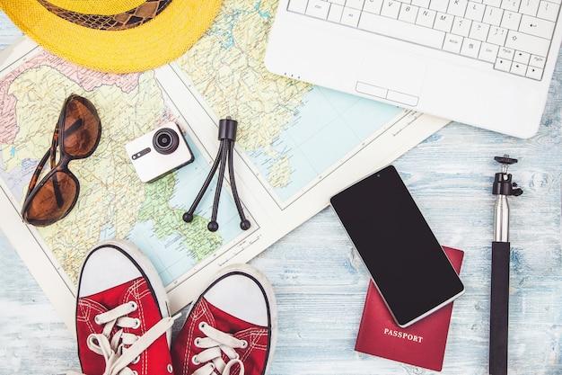 Visão aérea dos acessórios do viajante plano de viagem, viagem de férias, turismo instagram olhando a imagem da viagem Foto Premium