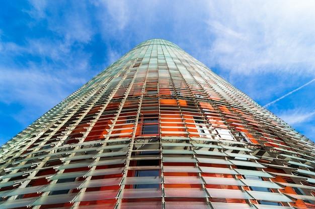 Visão ampla de anjo para as glórias torre em barcelona Foto Premium