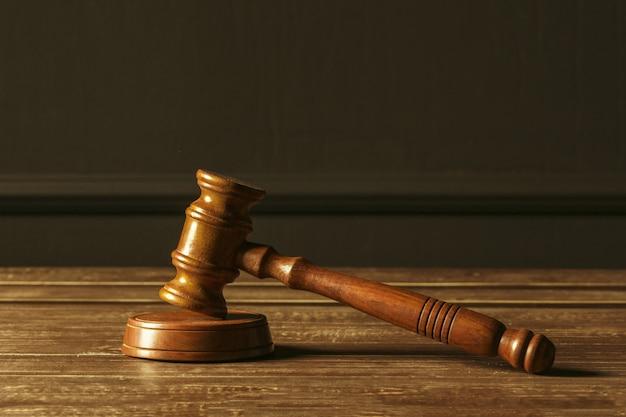 Visão close-up, de, malho madeira, de, juiz Foto Premium