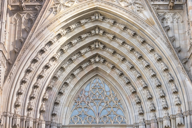 Visão de grande angular para o portal principal da catedral gótica de barcelona Foto Premium