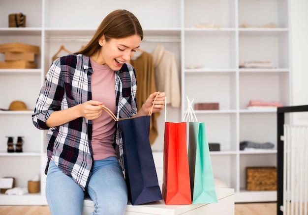 Visão de longo prazo da mulher olhando para os sacos de papel Foto gratuita
