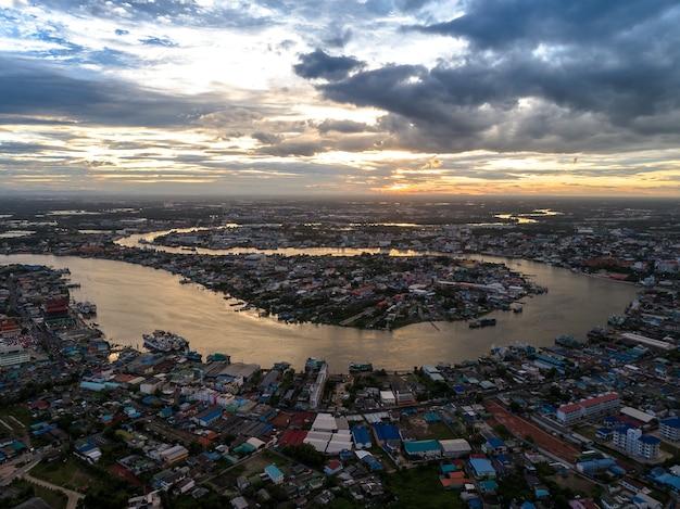 Visão de zangão aéreo de samutsakorn na tailândia Foto Premium