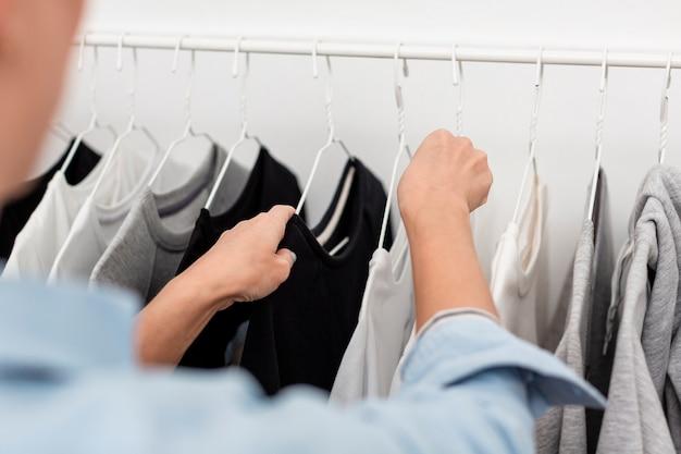 Visão desfocada de roupas em stander Foto gratuita