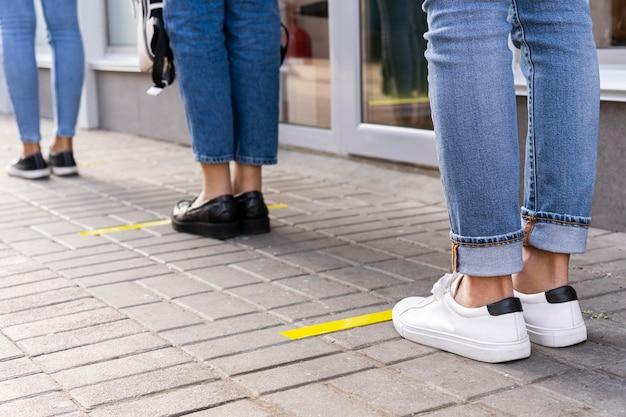 Visão frontal do conceito de distância social Foto gratuita