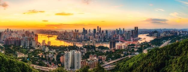 Visão noturna da arquitetura de chongqing e horizonte urbano Foto Premium