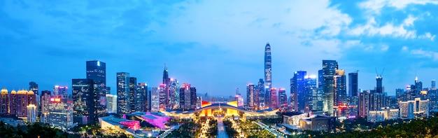 Visão noturna da arquitetura urbana em shenzhen Foto Premium