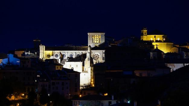 Visão noturna da cidade histórica de cuenca espanha Foto Premium