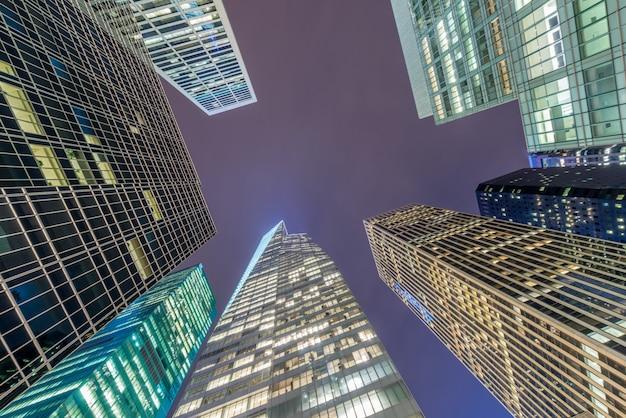 Visão noturna de nova york manhattan durante o pôr do sol Foto Premium